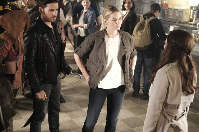 Once Upon a Time 6x02 Emma Uncino Belle Promo 15