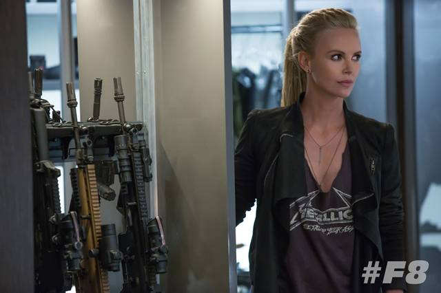 Charlize Theron nel ruolo di Cipher