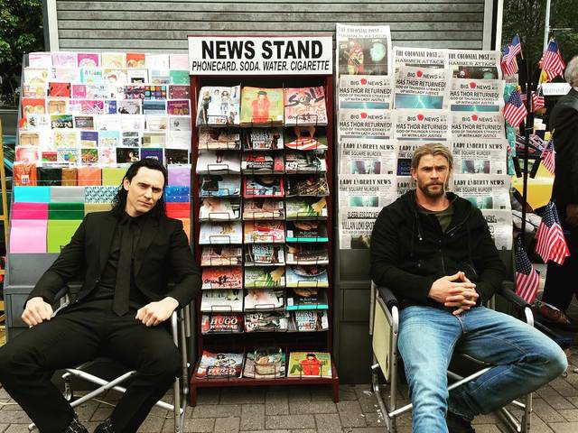 Loki e Thor in abiti civili a New York