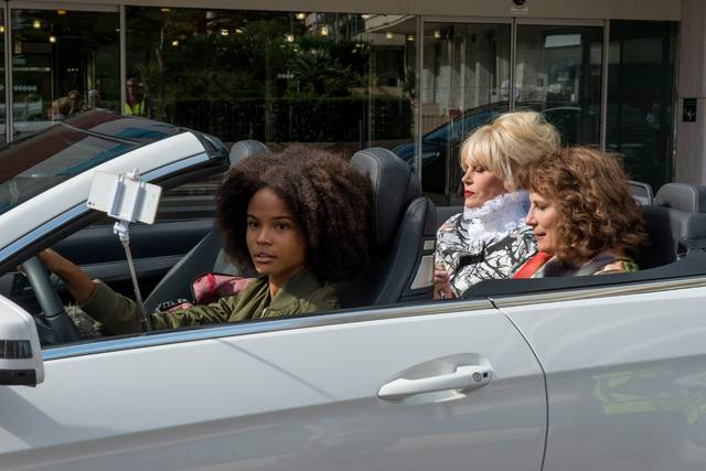 Absolutely Fabulous - The Movie Jennifer Saunders Joanna Lumley Indeyarna Donaldson-Holness foto dal film 1