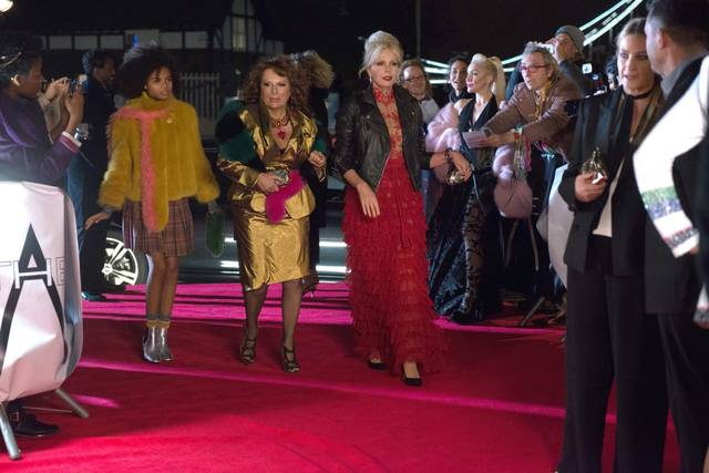 Absolutely Fabulous - The Movie Jennifer Saunders Joanna Lumley Indeyarna Donaldson-Holness foto dal film 2