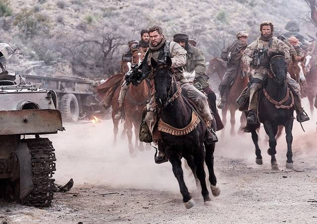 12 Strong Chris Hemsworth foto dal film 2
