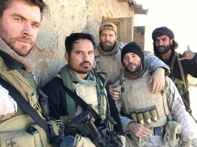 12 Strong Michael Peña Geoff Stults Chris Hemsworth foto dal film 9