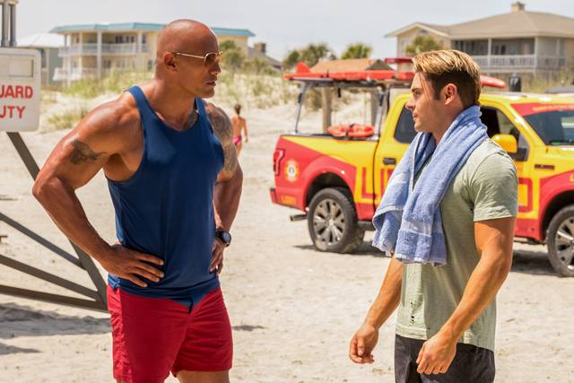 Baywatch_Zac Efron Dwayne Johnson_foto dal film 7