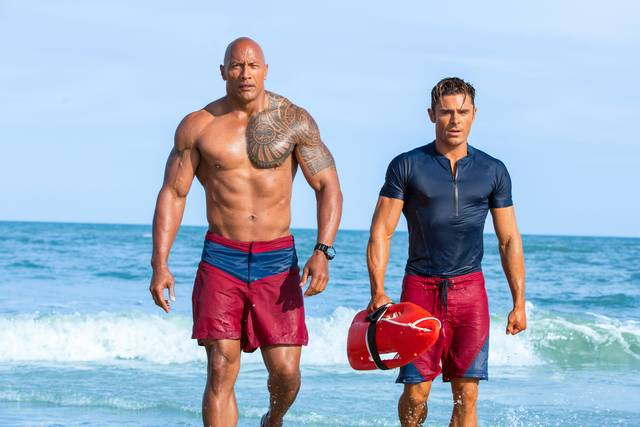 Baywatch_Zac Efron Dwayne Johnson_foto dal film 8