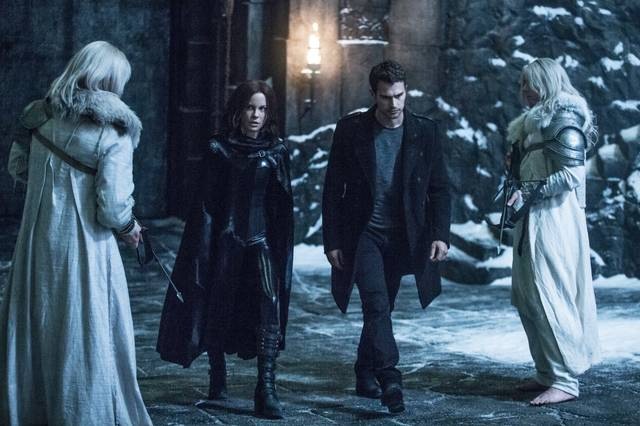 Underworld - Blood Wars Kate Beckinsale Theo James foto dal film 2