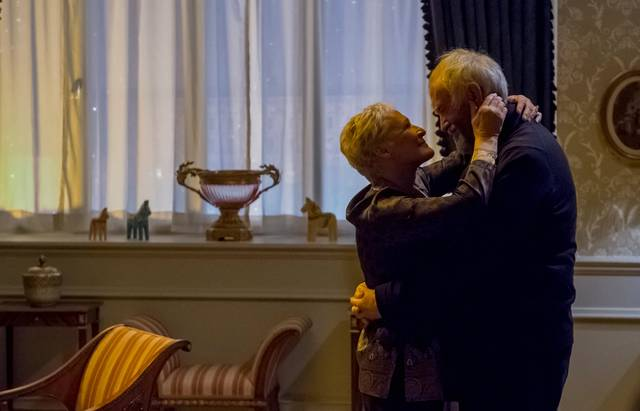The Wife - Vivere nell'ombra Glenn Close Jonathan Pryce foto dal film 2
