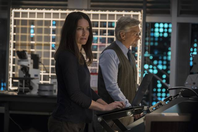 Ant-Man and the Wasp Evangeline Lilly Michael Douglas foto dal film 3