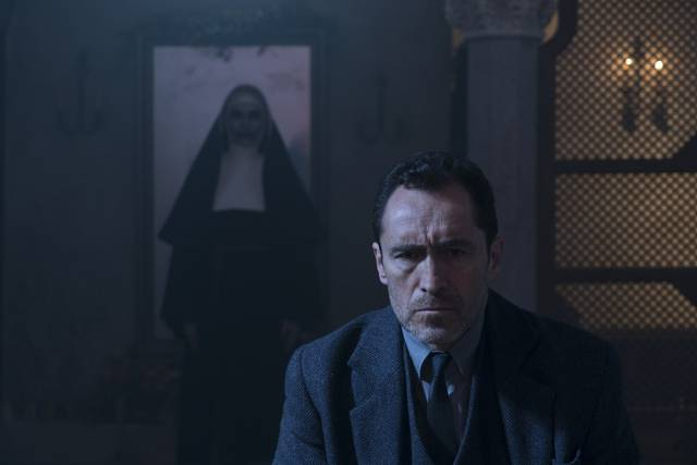 The Nun – La vocazione del male_Demián Bichir_foto dal film 10