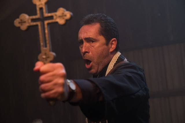 The Nun – La vocazione del male_Demián Bichir_foto dal film 9