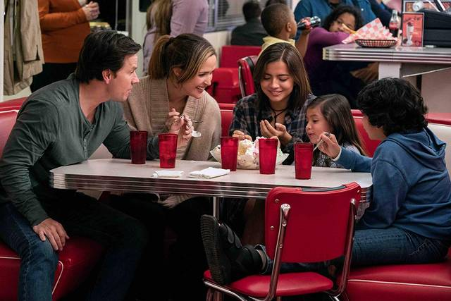 Instant Family Mark Wahlberg Rose Byrne Isabela Moner foto dal film 2