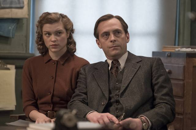 Red Joan Sophie Cookson Stephen Campbell Moore foto dal film 2