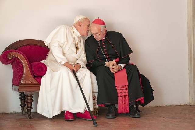 The Two Popes Jonathan Pryce Anthony Hopkins foto dal film 1