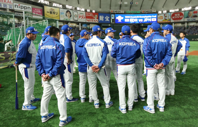 Korea's team meeting before batting practice