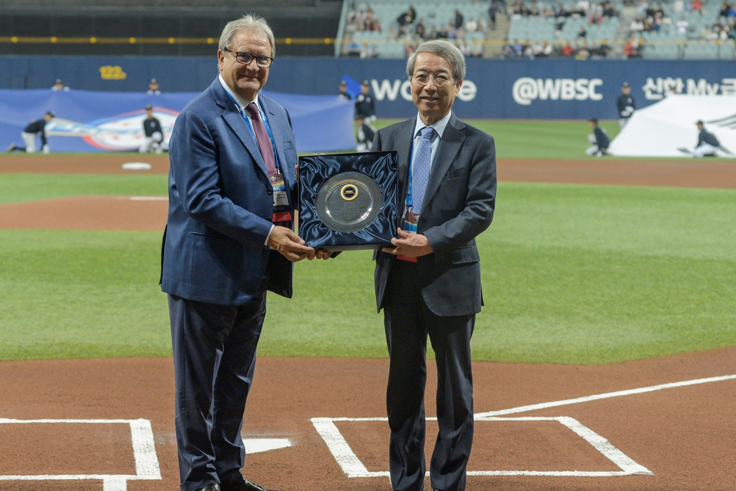 WBSC President Riccardo Fraccari presents a plaque to KBO Commissioner Chung Un Chan