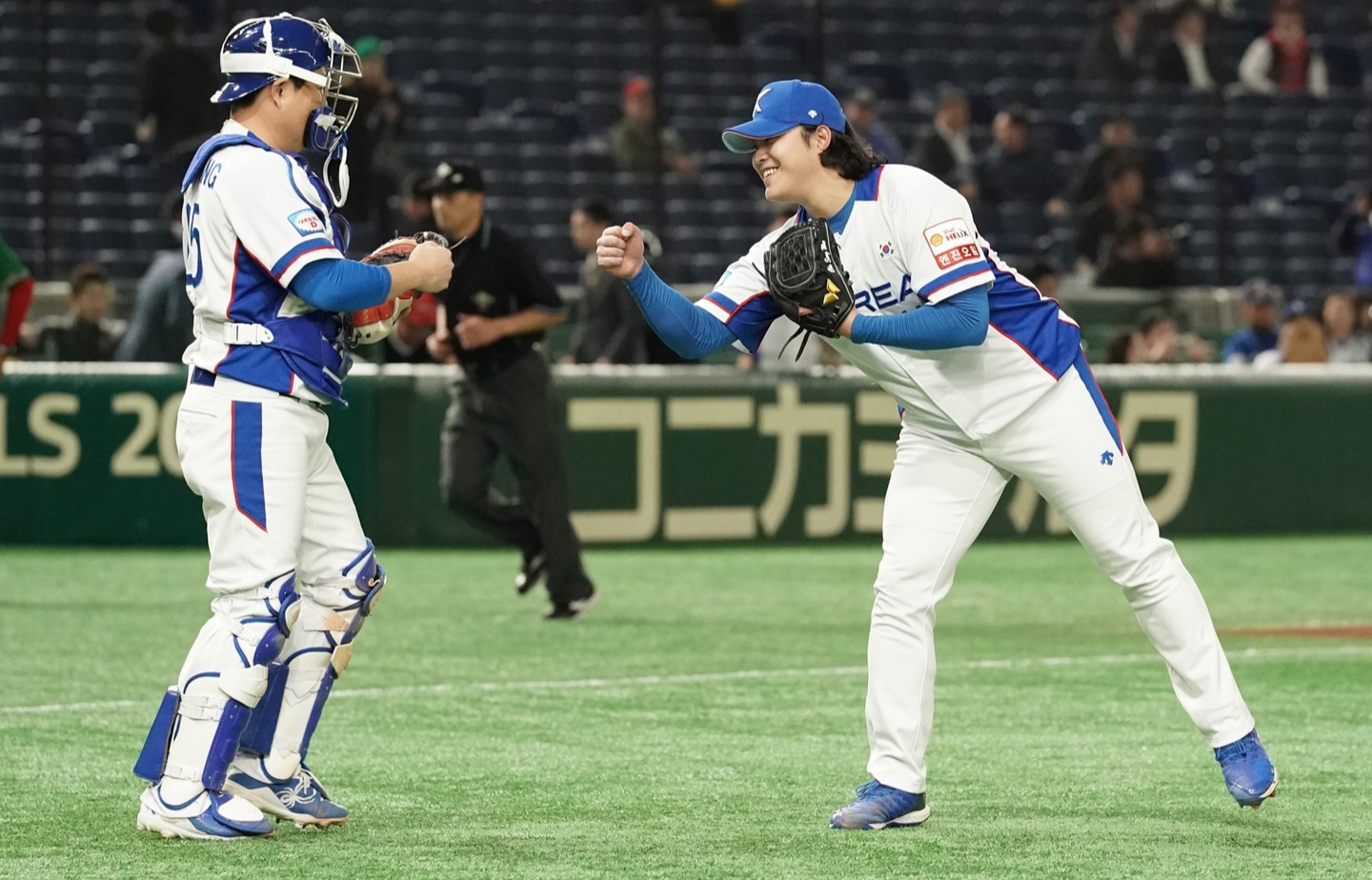 Closer Choo Songwoo and catcher Yang Euiji celebrate Korea's victory