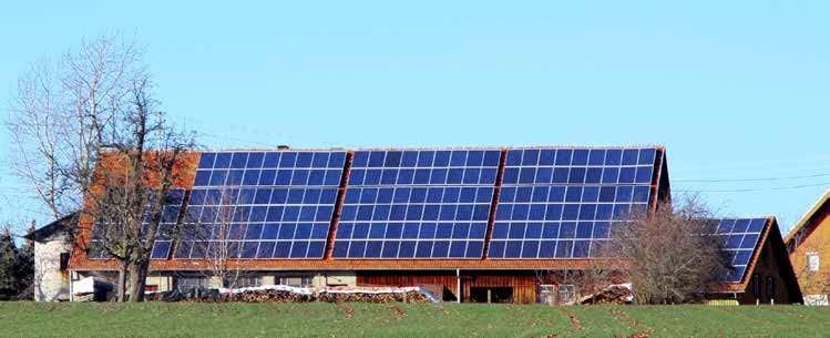 Bild på ett hustak med solpaneler.