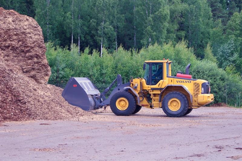 En bild på en traktor som bär upp biobränsle.