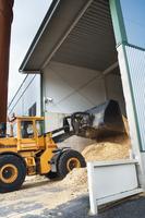 En bild under påfyllning av biobränsle i Värmeverket i Vislanda.