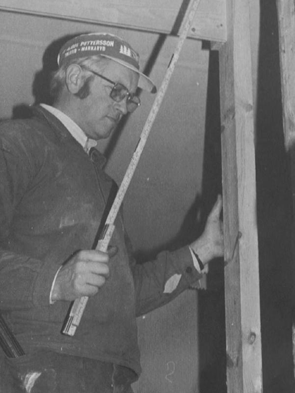 Åsbo Hus grundare Gösta Olsson, som fyller 90 år den 4 november 2018, är på bilden i full fart med att bygga ett hus när han fortfarande var aktiv i företaget.
