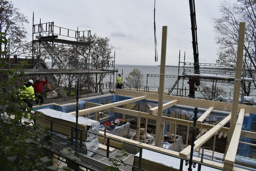 Bostadshus, gäststuga och carport håller på att byggas upp.