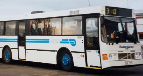 Vit-blå buss från 1990-talet.