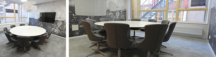 Foto på mötesrum Carlander med ett stort runt bord och snurrbara fåtöljer runt om.