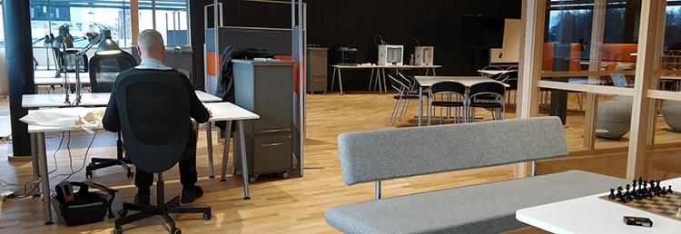 Foto från arbetsplatserna i Videum Innovation Lab.