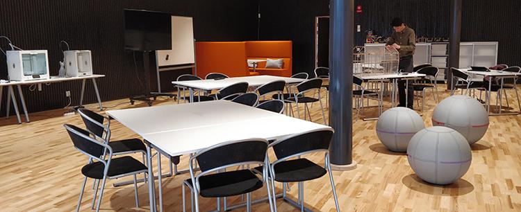 Foto från möblering med öar i Videum Innovation Lab.