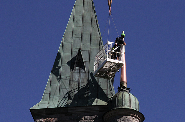 Reparerad spira åter på slottstaket preview bild