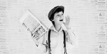 Ung man som ropar ut nyheter.