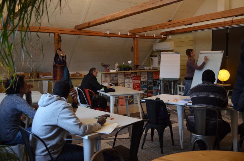 Deltagare får undervisning i ett samlingsrum