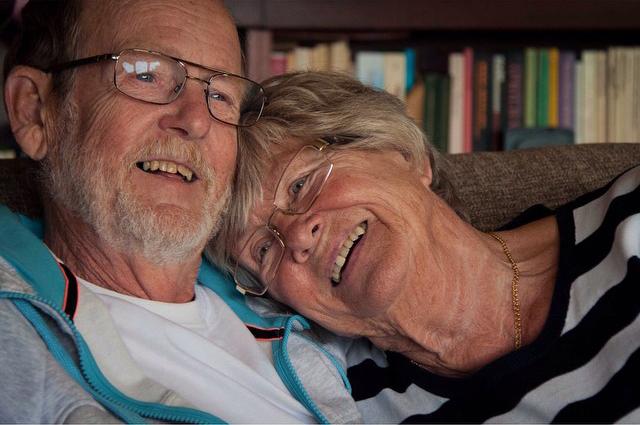 Kärlek och lycka, ett äldre par tillsammans.