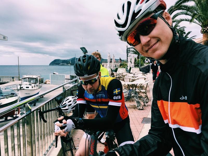 Mjukt ljus. Män och cyklar vid en hamn.