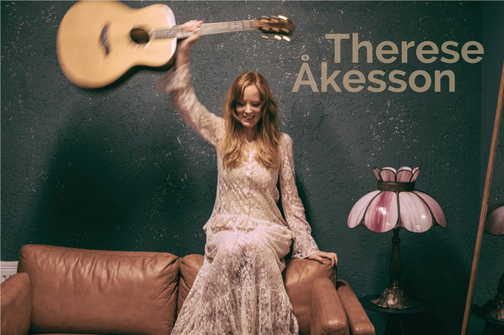 Therese Åkesson med en gitarr i handen.