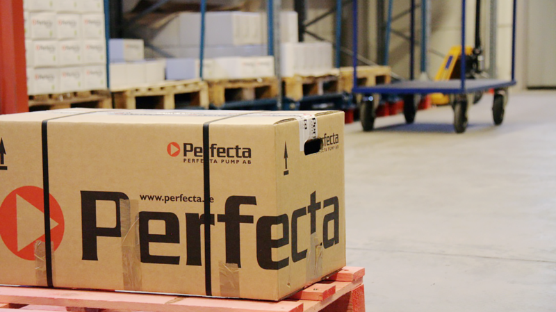 Ett paket med Perfectas pumpar väntar på leverans.
