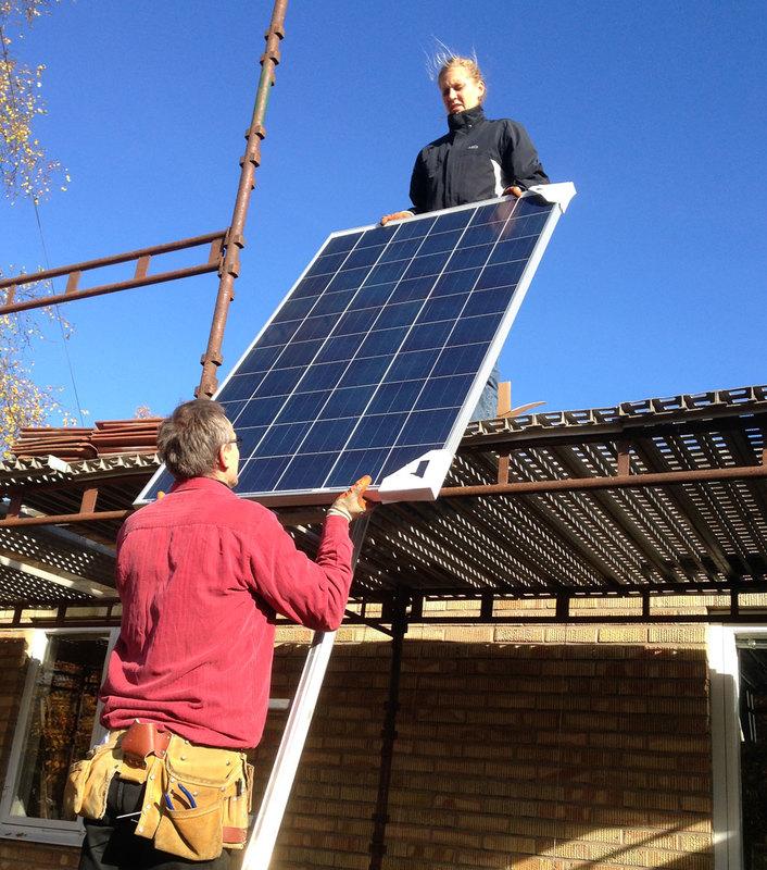Solceller monteras på tak. Foto Sarah Nilsson