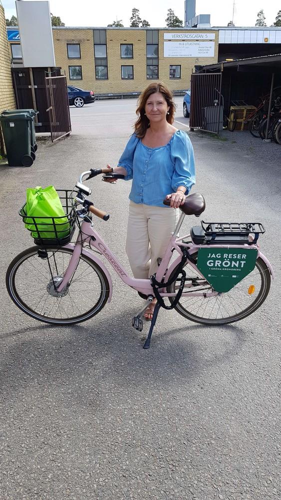 Foto på kvinna med cykel. Foto av Elisabeth Anderberg, Region Kronoberg.