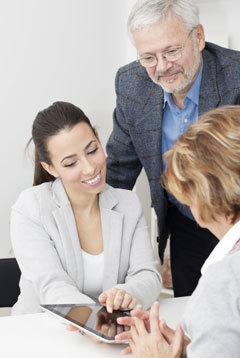 Bilden visar en LVI-handledare och deltagare på en skräddarsydd LVI Academy-utbildning.