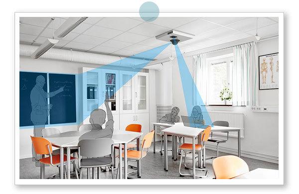 Bilden visar ett klassrum med elever där tvåkamerasystemet MagniLink AIR Duo använder avståndskameran riktad mot läraren vid tavlan och närkameran riktad mot den synskadade elevens bok på bordet.