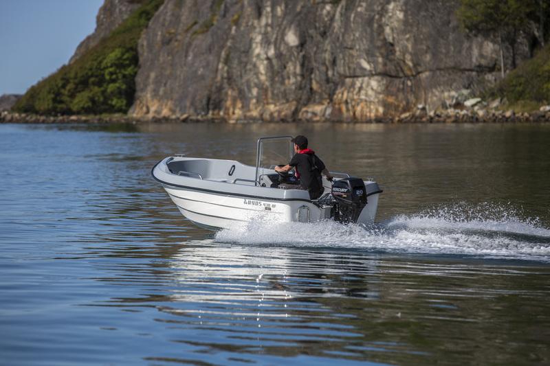 Fiskebåt på havet. Ryds 438 BF.
