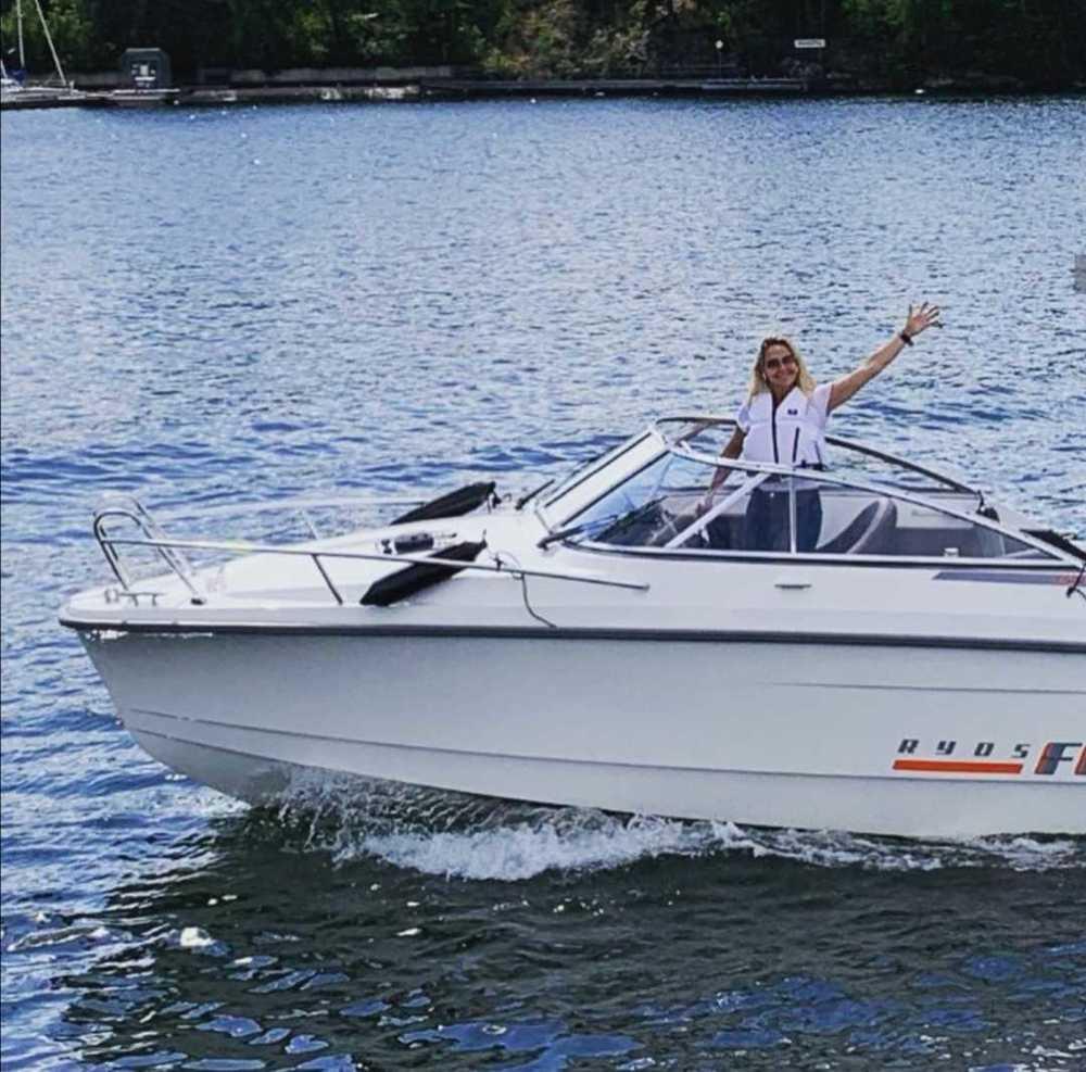 Kristin Kaspersen är ute på havet med vår Ryds Båt