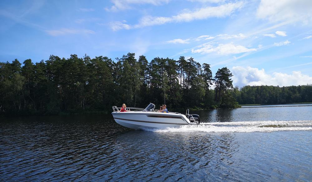 Ryds 548 Mid C, styrpulpet som körs på sjön med en familj.