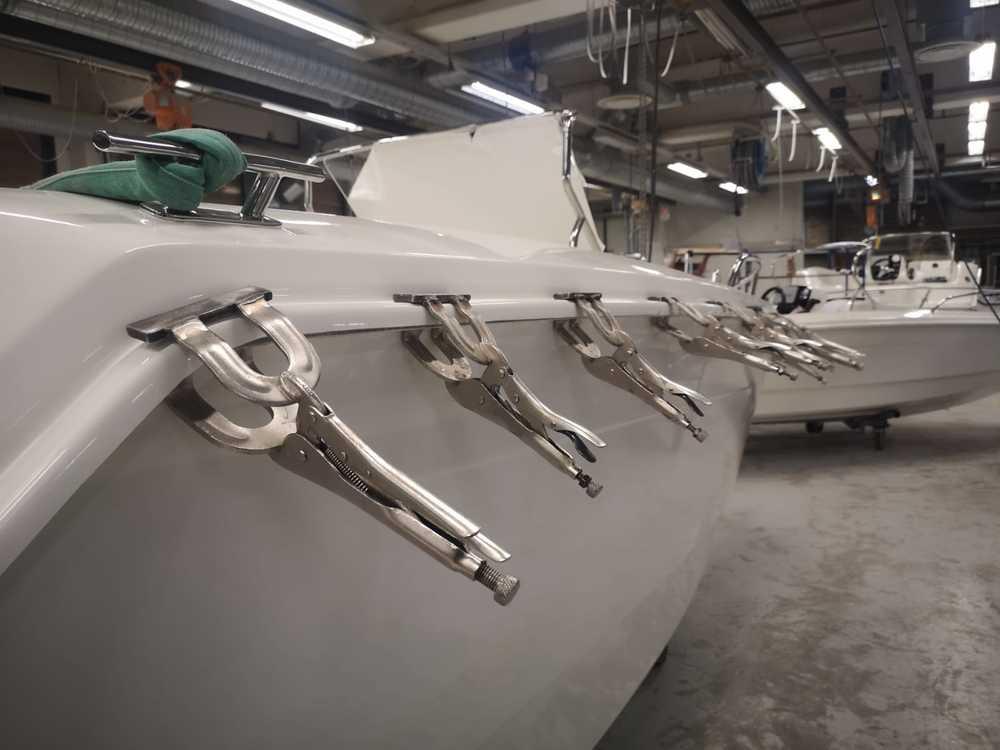 Tillverkning av Ryds båtar, VI-teknik, Båten spänns fast.