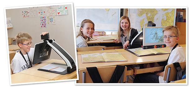 Zwei Bilder, auf denen eines einen sehbehinderten Jungen zeigt, der mit der Distanzkamera auf einem MagniLink Zip im Klassenzimmer arbeitet. Das zweite Bild zeigt drei Schüler und wie derselbe Junge Karten auf seinem Zip-Bildschirm vergrössert sieht.