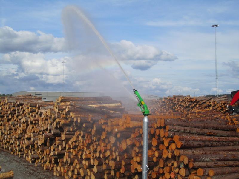 Bevattningskanon som bevattnar permanent timmerupplag i Norrköping.