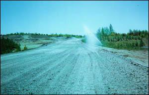 Dammet på vägen binds upp med bevattning vilket ger en bättre arbetsmiljö.