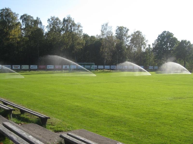 Bevattningsanläggning på fotbollsplan i drift där man tydligt ser att spridarplaceringen är av stor vikt.