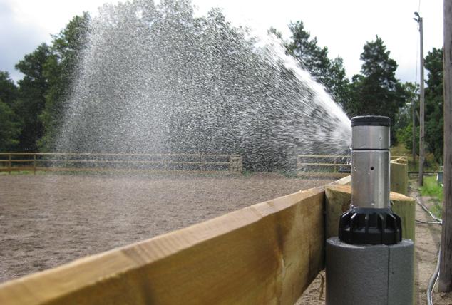 Vid bevattning av paddockar eller utomhusarenor använder vi oss av pop-up-spridare. Spridarna monteras lämpligast bakom staketstolparna för att ge ett diskret intryck, men effektiv bevattning.