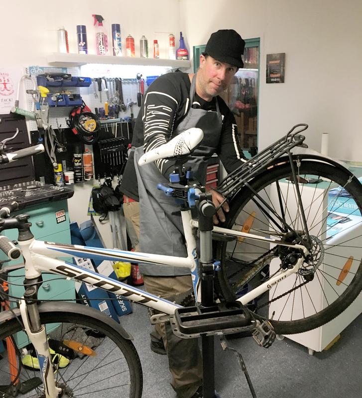 Pär utför all vår cykelservice och cykelreparationer på RentBike.se det kan var allt från att laga punktering till att byta se över din cykel.